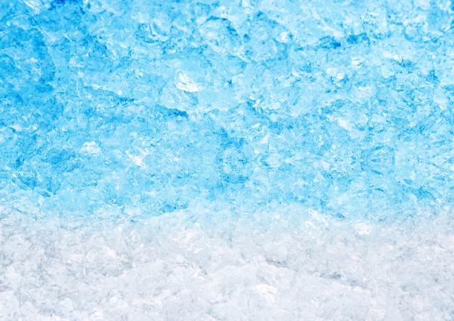 白い氷に青い色の水分