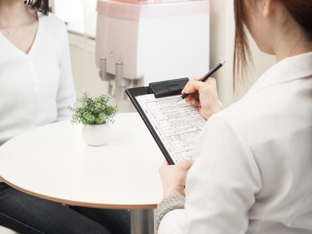 美容医療の診断をする女性