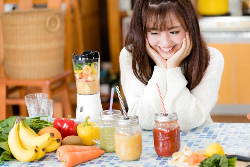 果物と野菜を摂る女性
