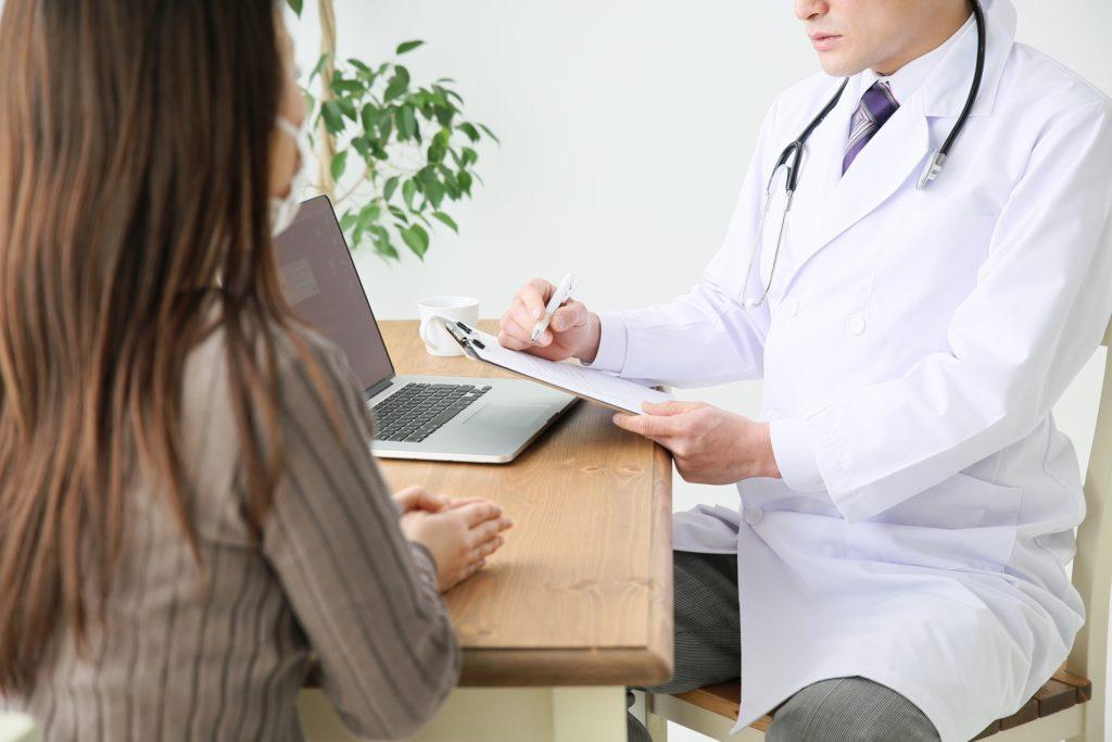 医師の診断を受ける女性