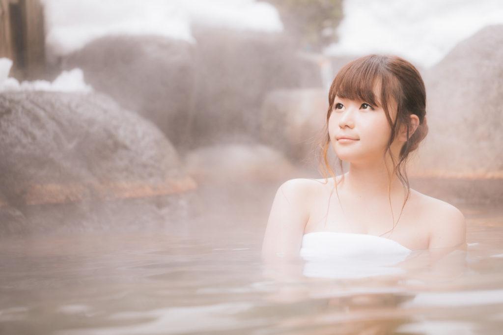 露天風呂に入る女性