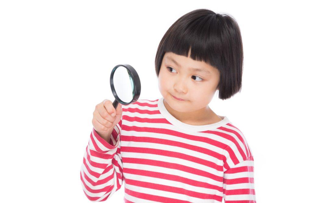 虫眼鏡で調査する女の子